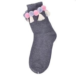 Ručno izrađene čarape s pomponima i resicama