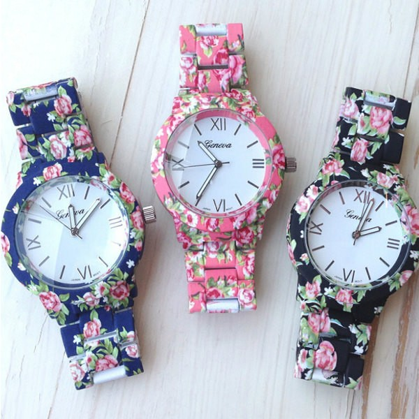 Cvjetni akrilni sat