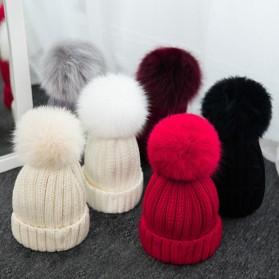Zimska pletena kapa s krznenim coflekom