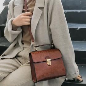 Mala messenger torbica kroko izgleda
