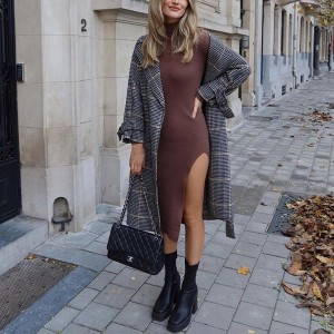 Pletena rebrasta haljina srednje duljine s izrezom