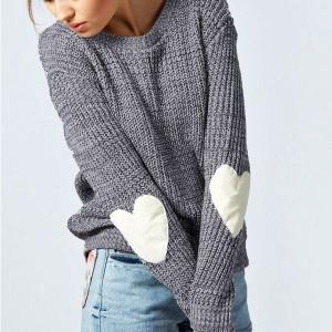 Sivi pulover sa srce zakrpama