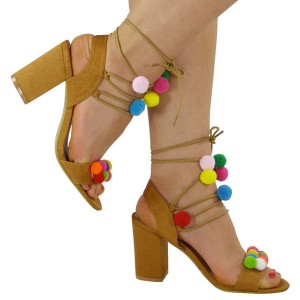 Sandale s pomponima stabilna peta
