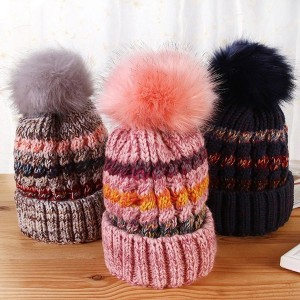 Šarena vunena kapa s pomponom