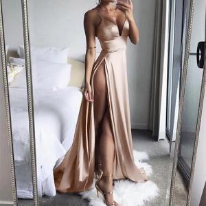Duga satenasta haljina s izrezima