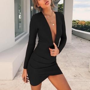 Mini haljina dubokog izreza i otvorenih leđa