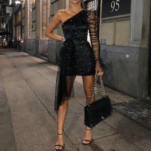 Nabrana mini glitter haljina od tila na jedno rame