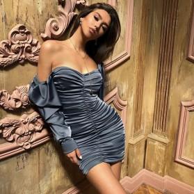 Mini nabrana haljina otvorenih ramena satenastog izgleda