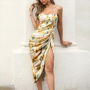Asimetrična cvjetna haljina satenastog izgleda