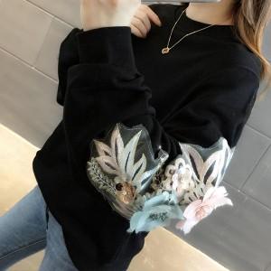 Majica s 3D cvjetovima na rukavima