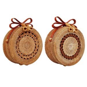 Mala loptasta boho torbica od ratana s dekoracijom u sredini