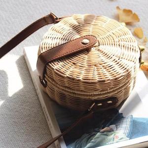 Mala okrugla ratan torbica s kožnom kopčom