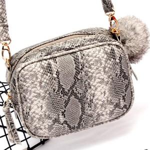 Mala torbica izgleda zmijske kože s krznenim pomponom