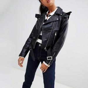 Kratka kožna jakna s volanom na ramenima